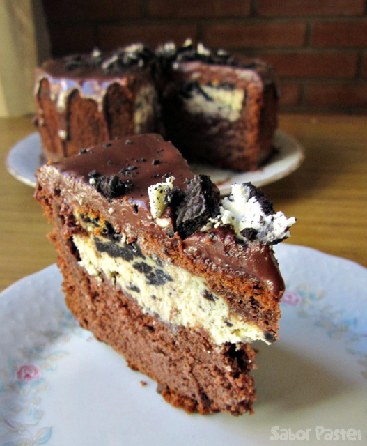 Oreo cheesecake inside a cake